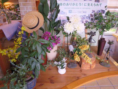 ▲ブーゲンビリアやサンタンカなどトロピカルな花で初夏を表現