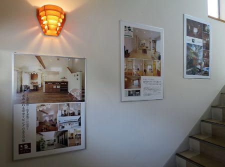 ▲階段ホールのギャラリー化に見事成功です。今まで何もない白壁だったので、とても写真の見栄えがします