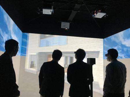 ▲メインゴーグルを装着している人の目線で画面も動きます。天井の高さや部屋の奥行、もちろん段差も分かります