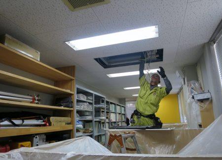 天井埋込形エアコンの掃除は大掛かり。周囲が汚れないように養生して作業に取りかかります