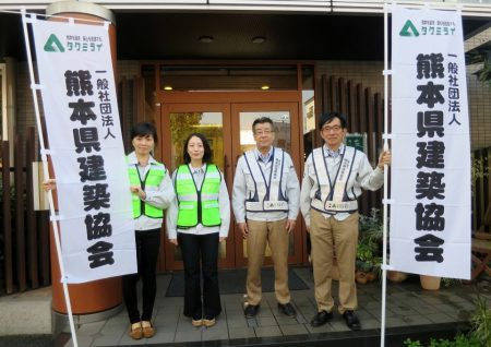 ▲三友工務店からは社長を筆頭に、作村さん、平田さん、井さんの4人が参加しました。お揃いの会社ジャンバーとベスト着用で、いざ出発!