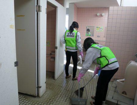 ▲蜘蛛や羽虫など虫が多いのは外部トイレの宿命ですね。思わぬ虫の出現に大騒ぎする女子班ですが、それでも普段から掃除されているようで、予想以上にキレイでした