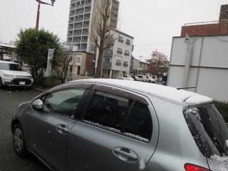 ⛄グレーに白で分かりにくいんですが、風間さんの車にも2㎝くらい積もっていました