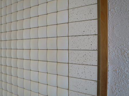 🐔三友工務店の応接室前の壁にもエッグタイル。プレーン正方形とうずら長方形の組み合わせです