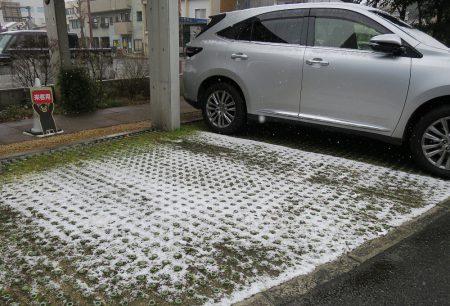 ⛄熊本市内では久しぶりの雪景色。会社の駐車場もうっすら白くなってます