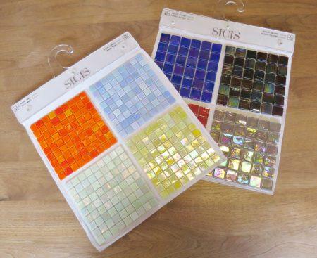 ★これはトーヨーキッチン「SICIS(シチス)」シリーズのサンプル。虹色に輝くベネチアンガラスで出来たきれいなモザイクタイルです
