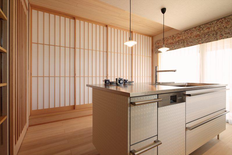 イメージ:ダイニングの床、天井は空気の浄化・調湿・消臭作用があるモミの木です。