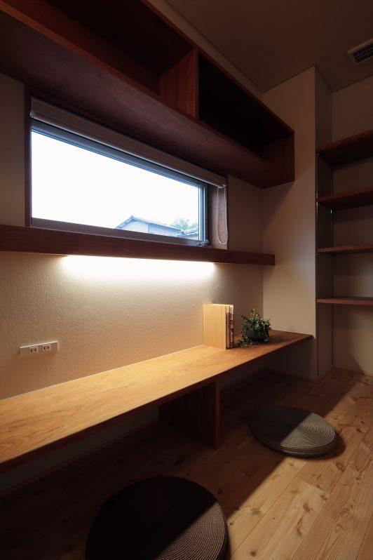 イメージ:造作テレビボードの裏にある書斎はまるで隠し部屋のよう