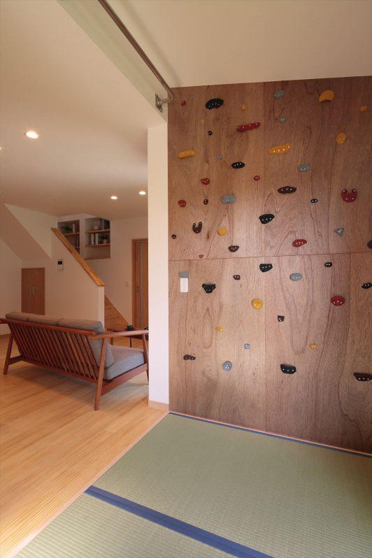 イメージ:壁の一部にボルダリング用のクライミングホールドを取り付けました。