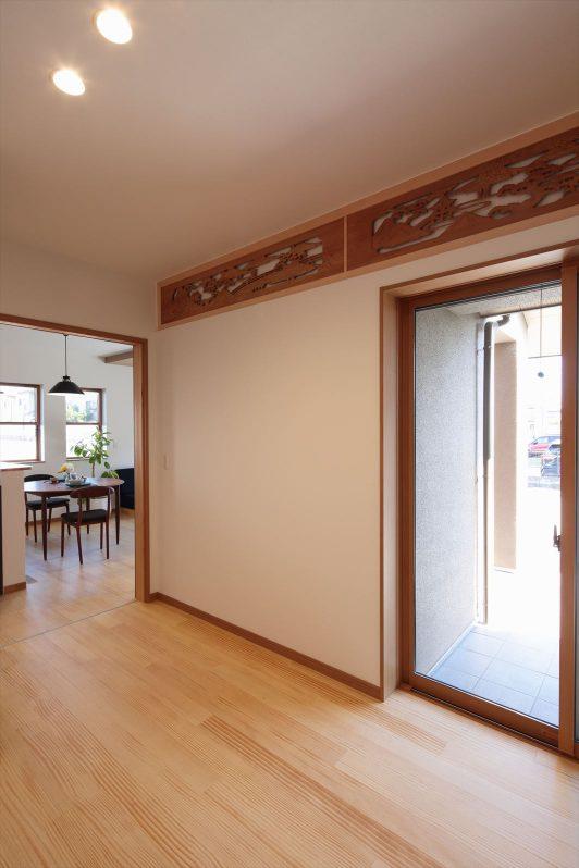イメージ:これまでお住まいだった住宅の欄間を取り外して、インテリアとして新しいお家の壁や扉に再利用しました。